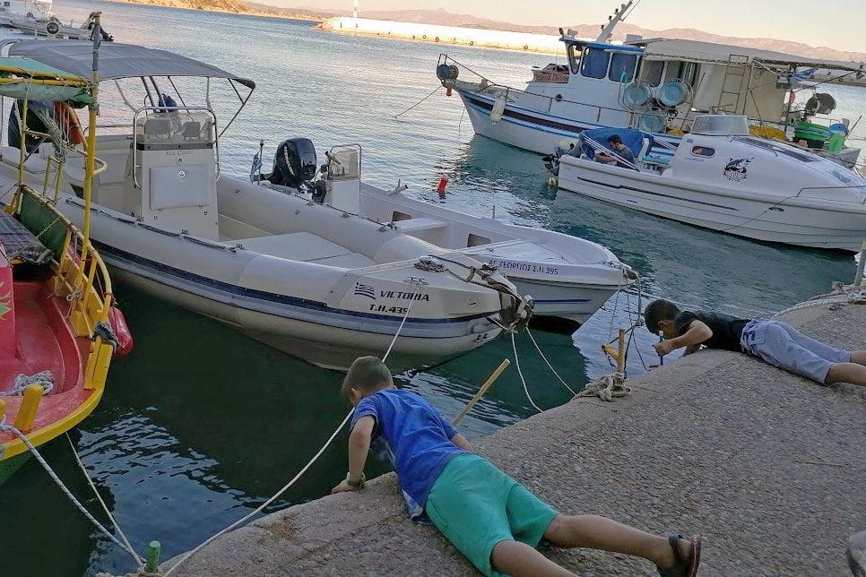 παιδιά ψαρεύουν με απόχη